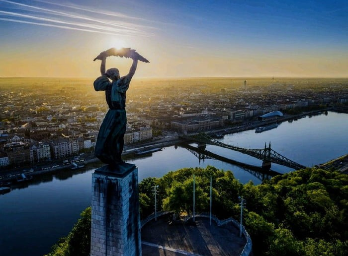 sunrise-seen-from-behind-a-statue-in-budapest