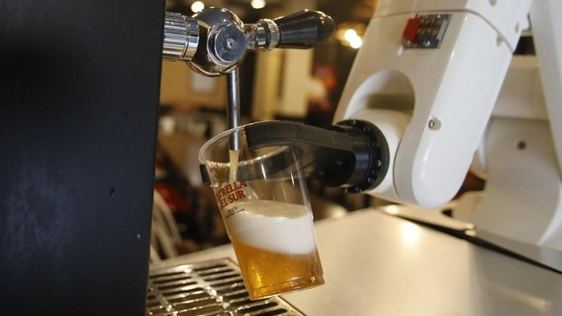 video-robots-are-now-serving-contactless-beer-in-spain-to-ensure-hygiene