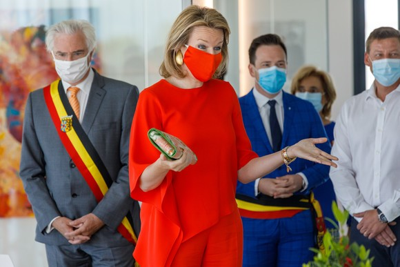 coquettish-and-with-a-protective-mask-celebrities-perfectly-matched-their-protective-masks-with-their-clothing