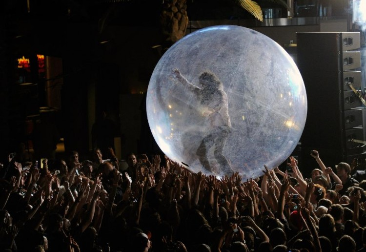 novel-rock-concert-with-artists-and-spectators-tucked-into-plastic-bubbles
