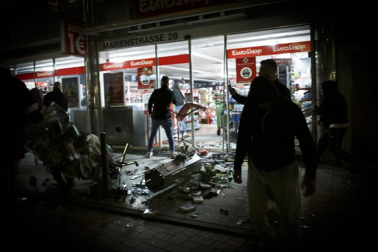 several-shops-and-police-cars-vandalized-in-germany-more-than-200-police-officers-had-to-intervene