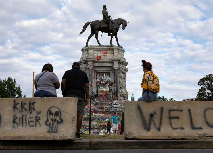 thousands-of-people-have-celebrated-155-years-since-the-abolition-of-slavery-in-the-united-states-the-statue-of-a-confederate-general-shot-down-by-protesters