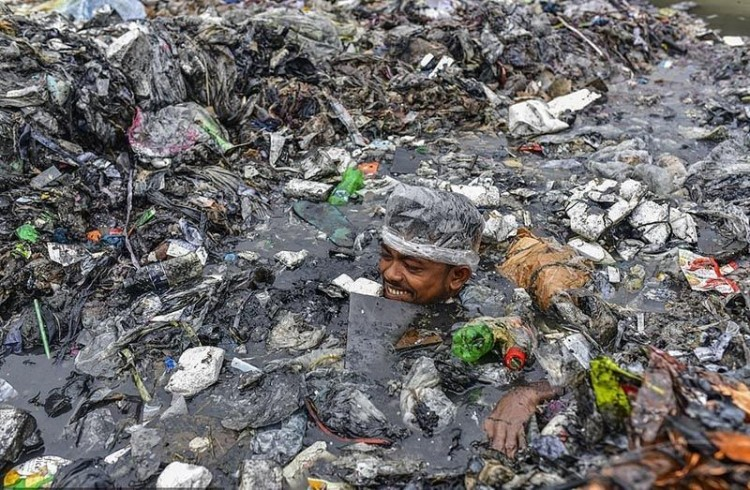 how-volunteers-clean-up-rivers-from-rubbish-in-the-capital-of-bangladesh