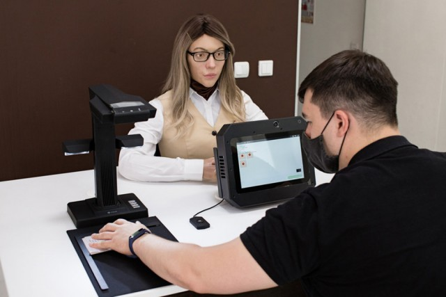 for-the-first-time-in-russia-the-robot-became-an-employee-of-the-multifunctional-center