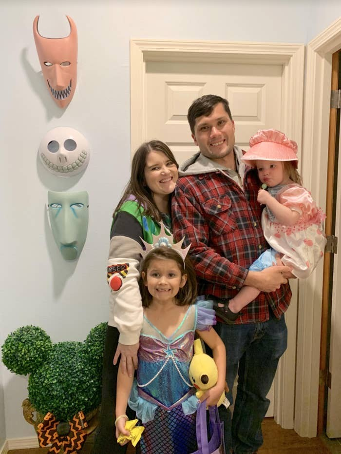 the-family-turned-their-home-into-a-disney-fairy-tale-where-magic-awaits-you-behind-every-door-20-photosvideo