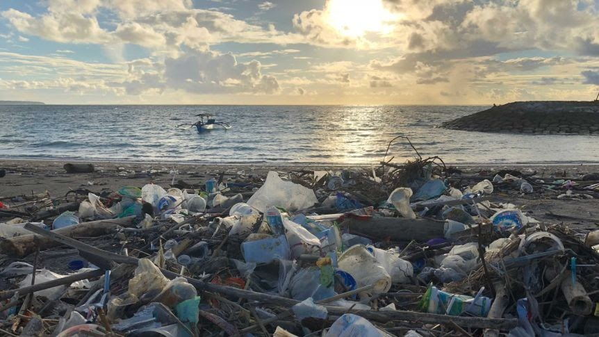 Bali beaches swamped by garbage as tourists, hotel workers sweep up each  morning - ABC News