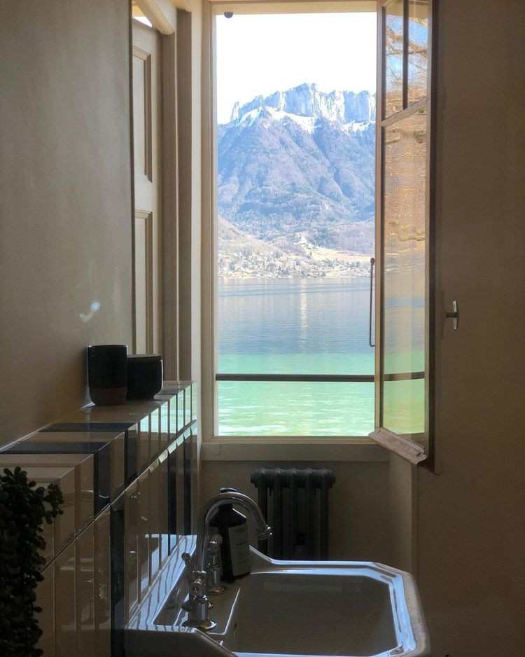 20-toilets-with-better-views-than-some-luxury-homes