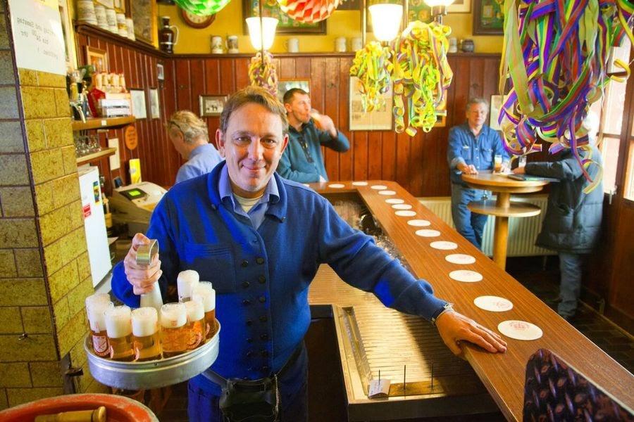 Кёльнский официант кёбс с кёльш-кранцем в руках / Фото: Пивная кухня